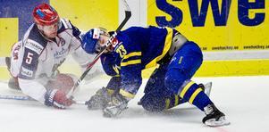 Nikulin Ilya och Niklas Persson vid torsdagens match mellan Sverige - Ryssland på Malmö Arena.