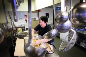 Eva-Lena Axelsson har jobbat sex år som kock på hotellet i Åkersjön. När hon inte jobbar bor hon i Östersund.– Det är idylliskt här och lugnare än i Åre. Om jag skulle hitta den stora kärleken här skulle jag kunna tänka mig att bosätta mig här, säger hon.Hon lagar pasta och köttfärssås till en grupp skoteråkare från Almåsa.– De flesta kommer htill Åkersjön för skoteråkningen, men många fiskar och åker skidor också, säger Eva-Lena.