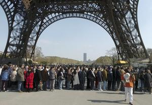 Eiffeltornet i Paris lockar ständigt nya turister.