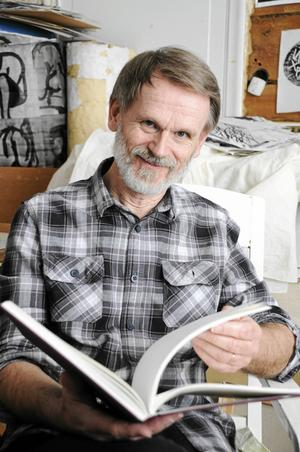 Mats har antecknat sina iakttagelser om fåglar sedan 1983. Här bläddrar han i en av sina skissböcker.