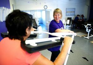 Ägaren Kerstin Martinell Engberg peppar Lillemor Andersson vid en av träningsmaskinerna.
