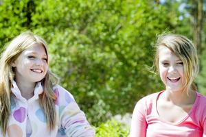 KOMPISAR. Amilia och Amanda är kompisar även när de är hemma.