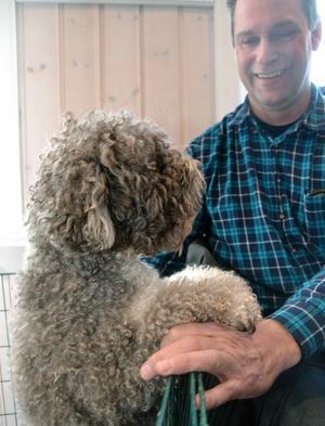 Jan johansson från Sundborn fick sig en liten pratstund med en nyfiken hund.