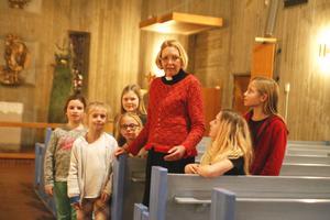 Karin Karlberg är kyrkoherde i Södertälje. Här med Theodora Sirlopez Wahlin, 9, Emma Eriksson, 8, Vera Lundgren, 9, Elsa bergqvist, snart 9, Maja Bergqvist, 11, och Linnéa Eriksson, 12, som alla sjunger i kyrkokören i Alla helgons kyrka i Östertälje.