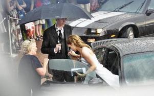 Hjälper chevalereskt sin dam ur bilen. Idel glada miner trots ovädret.FOTO: BOEL FERM
