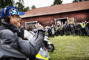 Ett av de hemliga målen var mopedutställningen hos motorklubben VM 50 cc i Harmånger. Där passade Hasse Persson på få en bild på knuttegänget framför klubbladan.