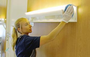 Maja Wallin gör så kallat slutstäd i ett rum på sjukhuset som en patient precis lämnat.