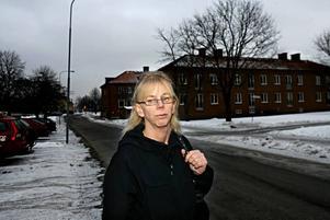 Karin Åhrmans pappa Hans dog när hon och taxichauffören hjälpte honom uppför trapporna hem efter sjukhusvistelsen. Hon hade bett om sjuktransport för att han skulle slippa ansträngningen.