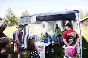Sandra Woldén satt vid försäljningsbordet när de sålde sockervadd under Clowner utan gränsers besök på Murberget.