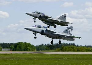Artikelförfattarna föreslår att svensk marktrupp i Afghanistan kompletteras med JAS-plan...