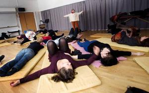 Eutoni går ut på att hitta balansen mellan spänning och avslappning i kroppen. Barbara Ocusono från Schweiz leder övningarna.