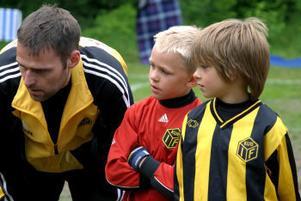 Taktiksnack. Kubens tränare Peter Engberg instruerar Erik Nyberg och Karl-William Svedin inför en match.