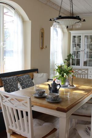 Matbordet är en plats där familjen umgås även utanför middagen, därför ville Wenche ha ett öppet matrum, där alla får plats.
