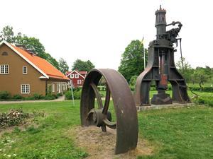Vid Stenhuset möts besökarna av en hammare och ett balanshjul från bruket.