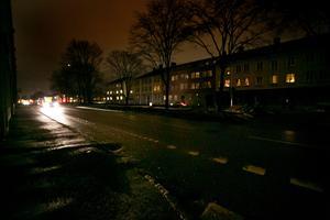 Här på Herig Karls Allé har boende fått tända ljus för att kunna se något.