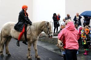 Barnen hade uppmanats att ta med sig godsaker så som knäckebröd och äpplen till Lilla gubben, Pippi Långstrumps häst.