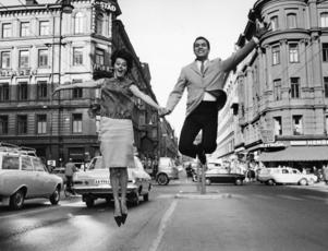 ARKIV 19650513Artisterna Lill Lindfors och Tony de Costa hoppar högt ute på Kungsgatan i Stockholm 13:e maj 1965 .