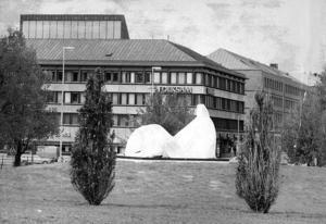 Henry Moores skulptur dagen före avtäckningen. Arkivbild: Lasse Halvarsson
