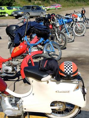 Många mopedister samlas i Amsberg för att delta och titta på mopperacet.