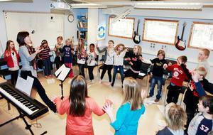 Repetitionerna är i full gång inför årets sångfest med elever från Rådmansö och en rad andra skolor.