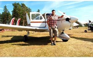 Tom Nilsson framför en Piper Cherokee 180. Det är inte planet klubben själva har tillgång till, men det är samma modell. Foto: Stefan Rämgård