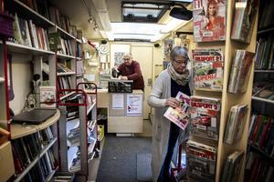 Bengt Strömberg och Carina Bäcklin befinner sig på vägarna runt om i kommunen för att förse invånarna med böcker.
