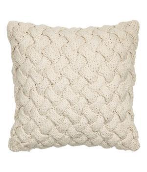 MJUK. Det kabelstickade kuddfodralet kommer från H&M Home och kostar 249 kronor.