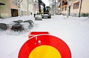 Här på Gröngatan i Östersund är delar av gatan avspärrade eftersom kommunen utför renovering av avloppsledningarna.   Foto: Henrik Flygare