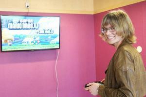 Bibliotekarie Sara Flodin testar tv-spelet på biblioteket i Sveg. Samma möjlighet finns även på biblioteken i Ytterhogdal och Hede och förhoppningen är att fler ungdomar ska dyka upp.