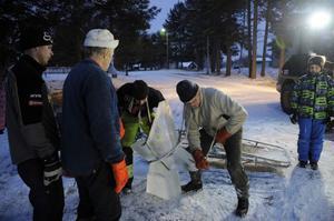 John och Torbjörn Persson gör sig klara att lyfta upp den stora stjärnan.