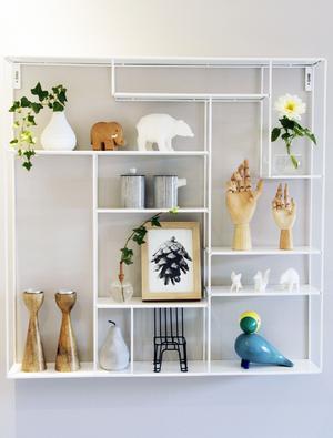 I matsalen har Josefine och Rikard en plåthylla från Bruka Design som de fyllt med fina prylar som de gillar, bland annat en blå fågel i design av Kay Bojesen.
