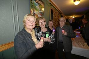 Magiskt bubbel. Ulla Johansson, Kerstin och Dan Åström och Lillemor Lundholm från Hallsbergs teaterförening minglade med lysande glas.