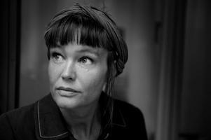 """Det är 16 år sedan Nina Björks feministiska klassiker """"Under det rosa täcket"""" kom. Nu skärskådar hon vårt ekonomiska system – men ser inte hur ett systemskifte skulle kunna ske. """"Min uppgift är att klargöra vad det här systemet kräver av oss, det är nödvändigt att börja ifrågasätta."""""""