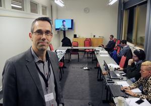 Presschef Philip Simon  i försvarets stabsrum under Folk och Försvar.