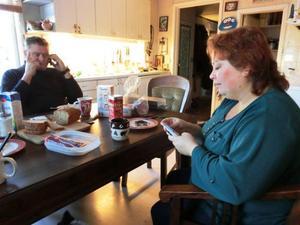 Richard och Claudia hinner med några telefonkontakter under tiden de käkar frukost, sedan hundarna utfordrats på morgonen.