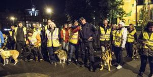 Anna Lönneborg, samordnare för nattvandringarna och polisen Niclas Flodin var glada över det stora deltagandet från Sundsvalls Brukshundsklubb.