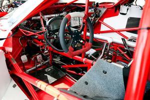 Instrumentbrädan innanför en stretchad Dodge Viper-kaross.