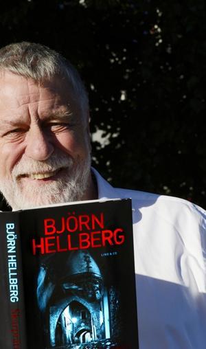 Björn Hellberg har många roller, bland annat som deckarförfattare. I går var han i Sundsvall och pratade lite om sin senaste deckare Skarprättaren, den tjugonde boken i serien om kommissarie Sten Wall.