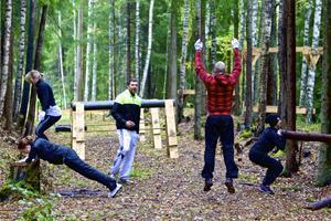 Full fart var det vid hinderbanan när Må Bättres instruktör Fredrik Lilljebjörn ledde första träningspasset där.