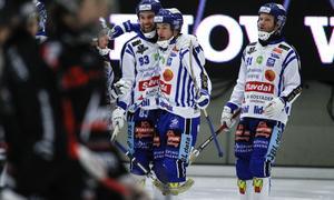 Jesper Eriksson jublar med Daniel Andersson och Johan Esplund efter hörnan som han stal i början på matchen mot Tillberga.