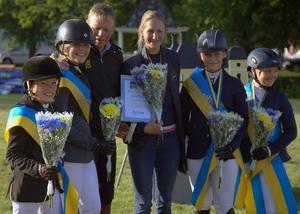 Laget från Mitt Hjärta/Högbo, här med lagledaren Cilla Mårtensson, fick ta emot SM-guldet av ryttmästare Jens Fredricsson.