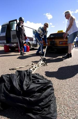 Säkerhet. Alla bilar som kan komma upp i en hastighet på 240 km/h måste ha en fallskärm till hjälp vid inbromsningen. Så även stadens snabbaste taxi. Foto:Johan Larsson