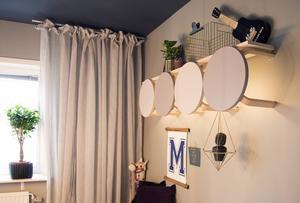 Med hjälp av ikeapallar vars ben har sågats av, har Maria skapat ett kreativt blickfång. De har fått kulörer som matchar rummet och bakom dem sitter belysning och ovanför pallarna vilar en hylla.