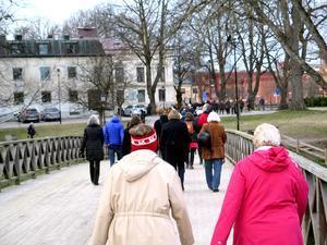 Över Gammelbron gick den faustiska stadsvandringen mot Heliga Trefaldighets Kyrka.