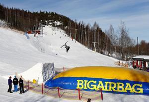 Slalomklubbarna i samarbete med Sundsvalls Kommun och Sportlovskortet inbjuder till Big Air Bag-fest i backarna. Hopprampen i Nolby är 2,5 meter hög och ger en ordentlig höjd i hoppet för Erik Gunnarsson.