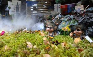För den som är intresserad av mer sagolika och trolska miljöer är det möjligt att köpa rökmaskiner och små trädgårdstomtar. Foto:Seth Jansson
