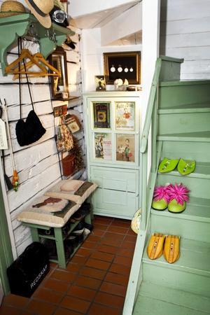 Detta utrymme var från början ett litet skafferi. Kristina och Bo har målat trappan, och det mesta i huset, med linoljefärger som stämmer med torpets ålder.