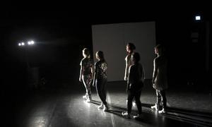 En dansensemble från Kulturskolan i Gävle gör nyskapade dansverket