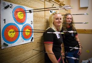 I Stockas bågskytteförening finns det två unga tjejer, Malin Wallin och Amanda Edlund, som samlar på framgångar.