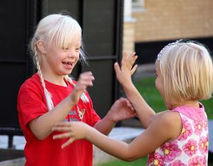 Flisan och lillasyster Engla kan leka och ha roligt tillsammans.